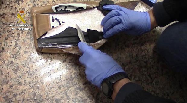 Imagen facilitada por la Guardia Civil de parte de la cocaína intervenida