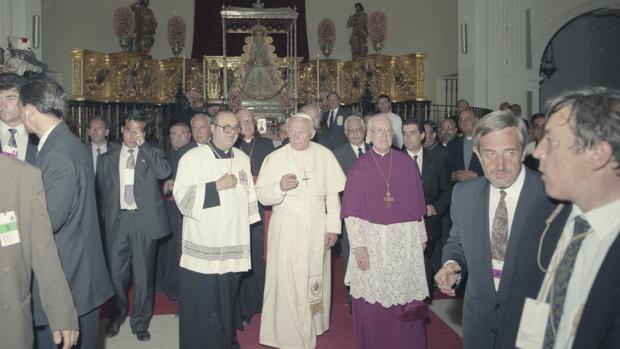 Juan Pablo II en el interio del Santuario de la Virgen del Rocío