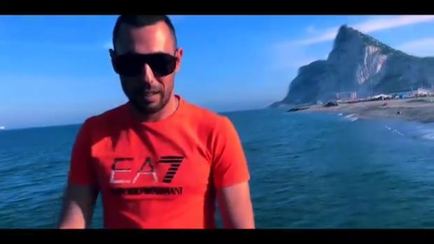 Captura de pantalla del videoclip, grabado en La Línea, y con el Peñón de Gibraltar al fondo