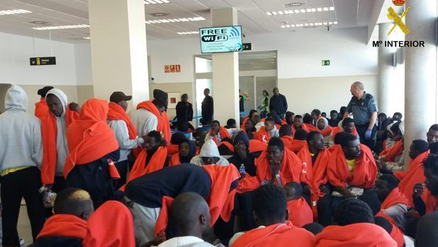 Algunos de los inmigrantes llegados a Tarifa, en la estación marítima