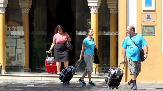 Turistas saliendo de un hotel situado junto a la Mezquita-Catedral de Córdoba