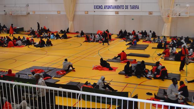 Imagen de decenas de inmigrantes en el pabellón depotivo de Tarifa.