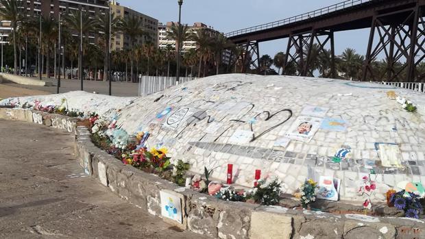 Monumento de «La Ballena», dónde de forma espontánea se rinde homenaje a Gabriel Cruz en Almería.