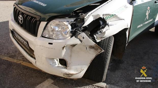 Imagen de cómo quedó el vehiculo de la Guardia civil tras la embestida.