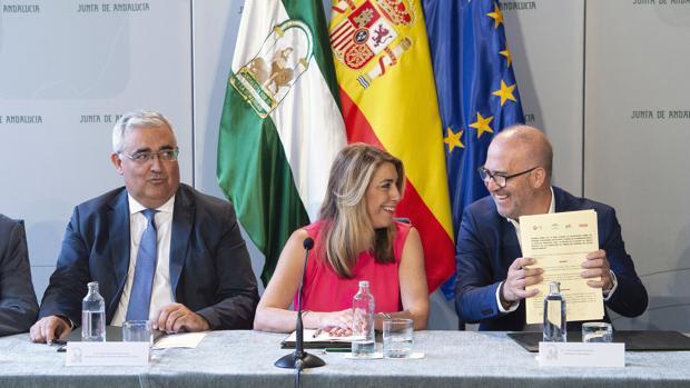 Susana Díaz charla con el presidente de CSIF Andalucía, en presencia de su consejero Ramírez de Arellano
