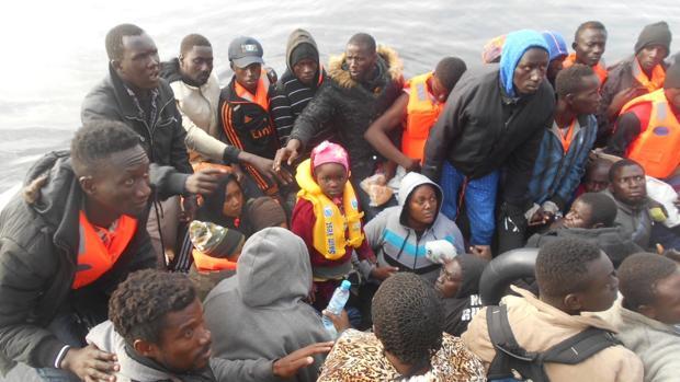 Imagen de una de las pateras rescatadas en Motril por la Armada