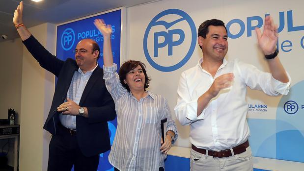 Soraya Sáenz de Santamaría con Juanma Moreno y Sebastián Pérez en un acto de campaña en Granada