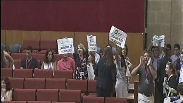 Momento de la desalojo de los afectados por el impuesto de sucesiones en el Pleno del Parlamento