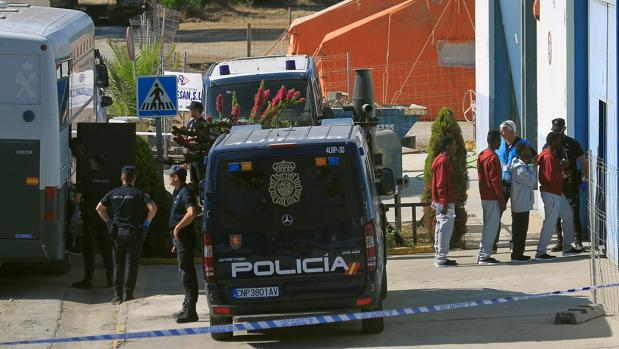 Inmigrantes rescatados por el «Open Arms» llegan al CATE de San Roque.
