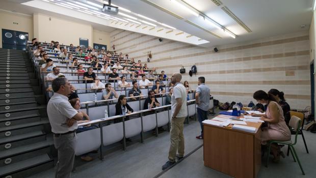 Opositores antes de comenzar su examen