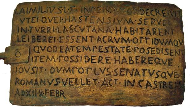 Placa de bronce con el resumen de un decreto pretoriano en latín, que data del año 189 a. C.