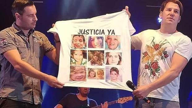 Andy y Lucas, con la camiseta en la que pedían justicia.