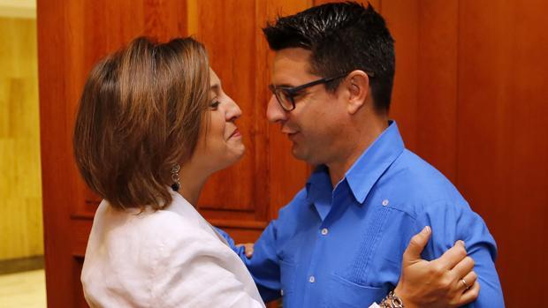 Saludo entre Isabel Ambrosio (PSOE) y Pedro García (IU), ambos en cogobierno en Córdoba