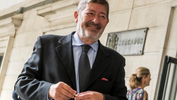El ex director general de Trabajo Francisco Javier Guerrero, el jueves a las puertas del juzgado