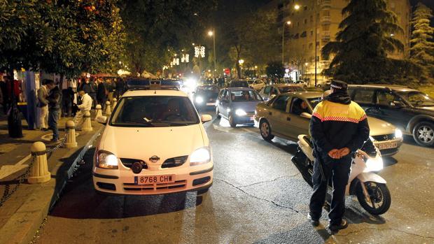 Presencia policial nocturna en la avenida de Barcelona de Córdoba