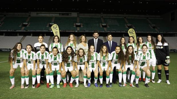 La plantilla del Córdoba CF Femenino posa durante la presentación en El Arcángel
