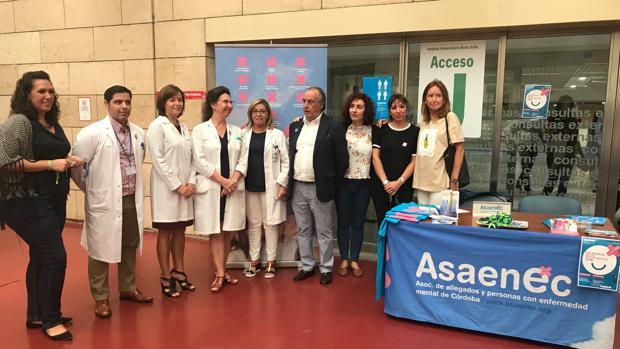 Responsables de las asociaciones, con la directora del hospital Reina Sofía de Córdoba