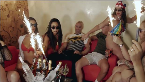 Isco Tejón, de pantalón negro, en el videoclip de Clase-A
