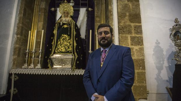 Fernando Díaz, ante la Virgen de la Soledad del Santo Entierro.