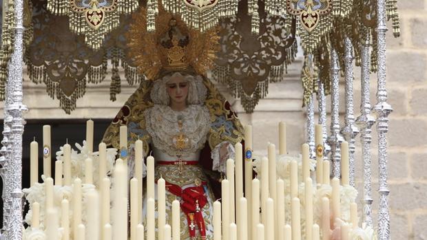 Virgen del Amparo de la hermandad de La Paz