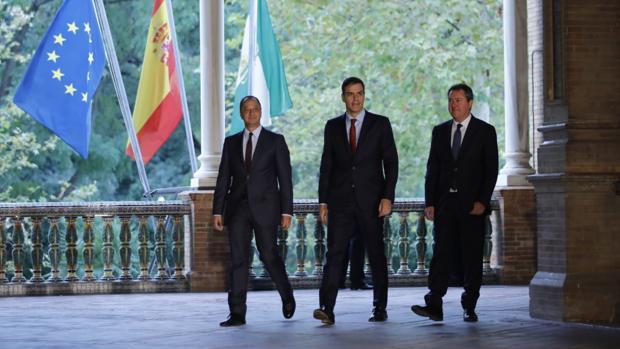 El presidente Pedro Sánchez, escoltado por Gómez de Celis y Espadas en la delegación del Gobierno en Sevilla