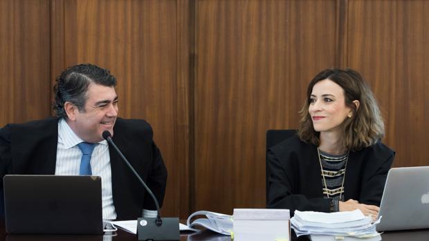 Los letrados del PP Luis García Navarro y Lourdes Fuster en el juicio del caso ERE