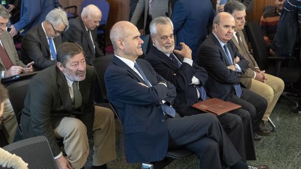 Manuel Chaves (centro) y José Antonio Griñán (derecha), junto a otros acusados en el juicio del caso ERE