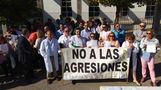 Personal sanitario, en una concentración contra las agresiones en un centro de salud de Los Barrios.