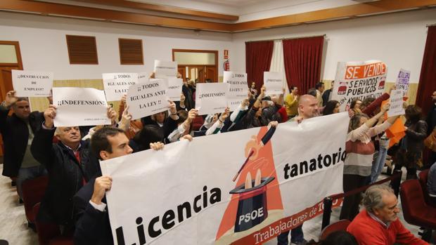 Protesta de los trabajadores de Tanatorios de Córdoba en el Pleno municipal