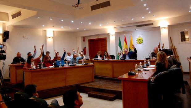 Los grupos andalucista y popular votan a mano alzada a favor de la propuesta