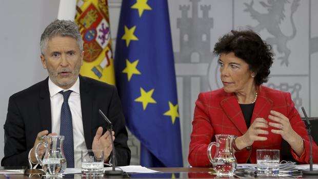 Fernando Grande-Marlaska e Isabel Celaá, este viernes en rueda de prensa.