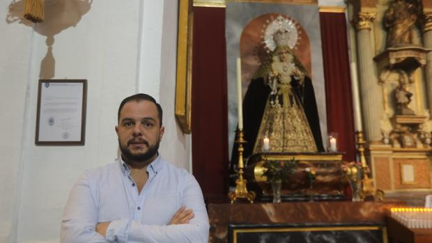 Muñoz, en la iglesia de San Francisco ante la Virgen de la Esperanza.