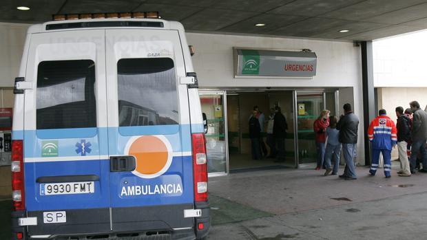 Una ambulancia en la zona de Urgencias del Hospital Reina Sofía