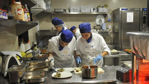 Trabajadores en los fogones de una cocina