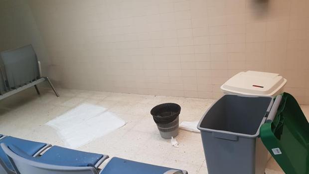 Suciedad en una sala del hospital Médico-Quirúrgico de Jaén