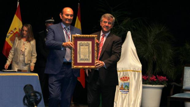Félix Revuelta recibe el nombramiento de manos del alcalde de Estepona, José M. García Urbano