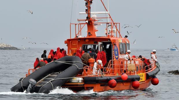 Inmigrantes rescatados en un barco de Salvamento Marítimo