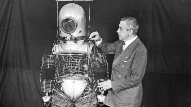 Emilio Herrera Linares, con su «escafandra estratonáutica», el prototipo en el que se basó la NASA para hacer los primeros trajes de astronauta.