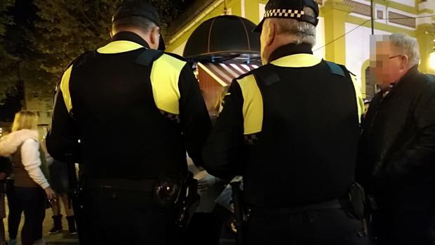 Dos policías locales hablan con una de las implicadas en la pelea tras el altercado
