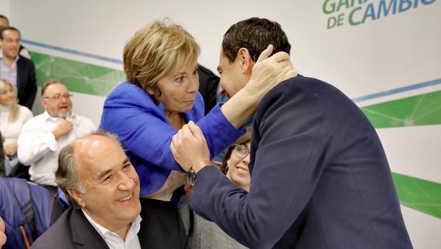 Celia Villalobos abraza a Juanma Moreno en presencia de José Ignacio Landaluce en la reunión de la Junta Directiva regional de este viernes