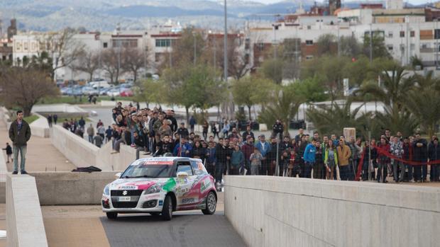 Un vehículo del Rallye Sierra Morena, en el tramo urbano de la última edición