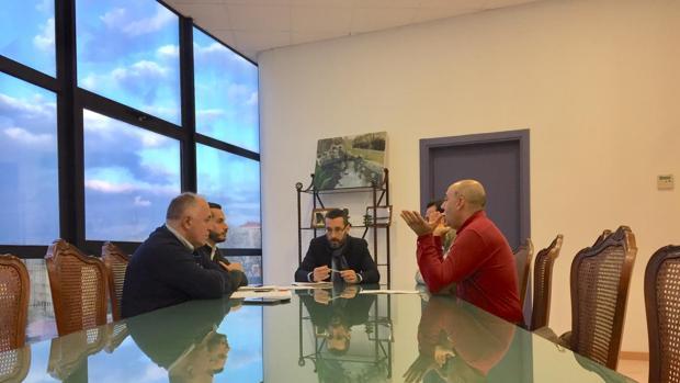 El alcalde de La Línea, en el centro, en la reunión con los representantes de los taxistas