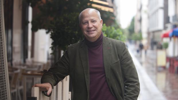 Javier Imbroda, posa para ABC en una calle de Málaga