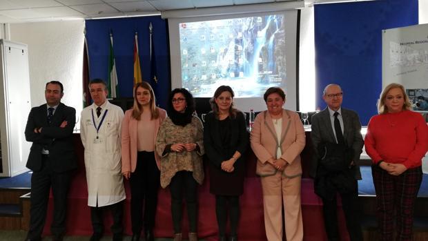 La consejera en funciones de Sanidad, Marina Álvarez, junto a profesionales del sector sanitario