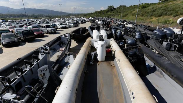 Imagen de algunas de las narcolanchas y vehículos en el depósito de Grúas Sur Europa