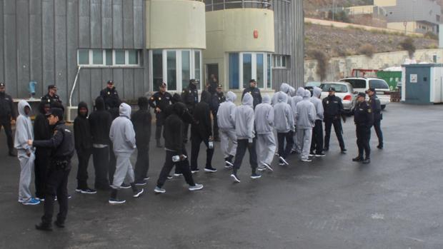 Agentes de la Policía Nacional durante la recepción de inmigrantes en el puerto de Almería.