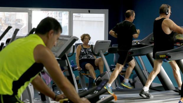 Varias personas se ejercitan en un gimnasio de Córdoba