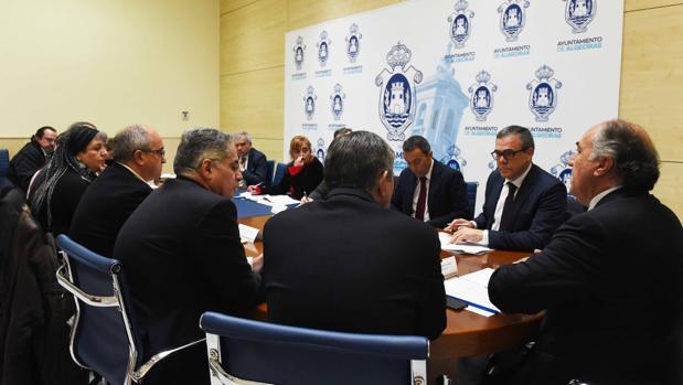 Imagen de la reunión celebrada en el Ayuntamiento de Algeciras para tratar sobre la conexión ferroviaria
