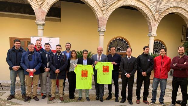 Autoridades y patrocinadores en el acto de presentación de la carrera de San Antón