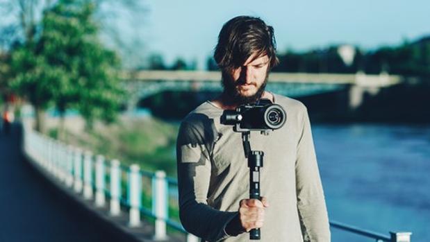 Imangen de un joven realizando una toma de vídeo